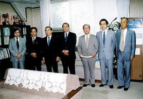 設立許可証を受取る琴伝流初代会長(右から3人目)