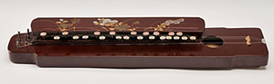 黒が普通の大正琴で珍しい赤系大正琴