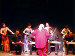 大正琴で舞台が盛り上がる一コマ