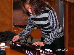 寄贈された大正琴を弾く夏川りみさん