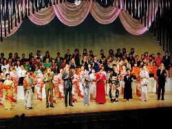 出演者全員が舞台に揃いエンディング