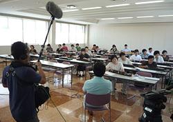 大正琴の講習風景を見学する田中健さん