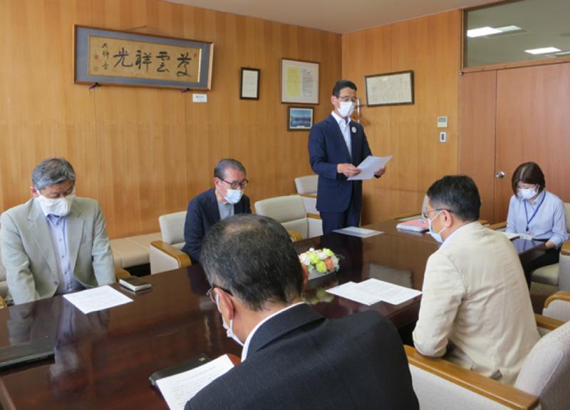 伊藤市長を前に要望書を読み上げる琴伝流会長
